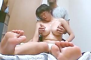 デカパイ美爆乳な美人素人の自宅出張マッサージ&セックスをガチ盗撮w